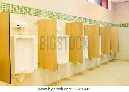 Moderne Toilette Innenraum mit Urinal-Zeile