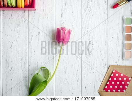 envelope and flowers on wooden background top view mockup