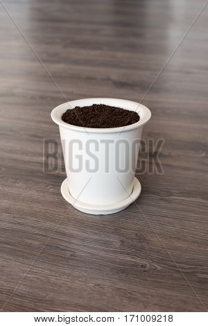 White pot whit new soil whit out plant in it