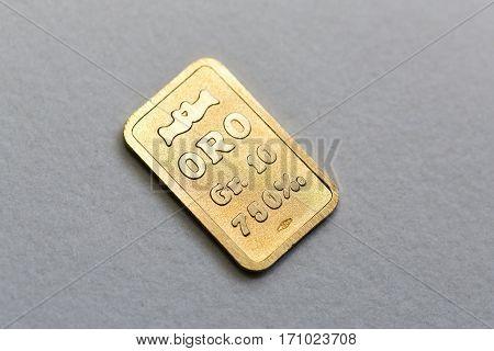 Bullion yellow gold of ten grams, focus selected