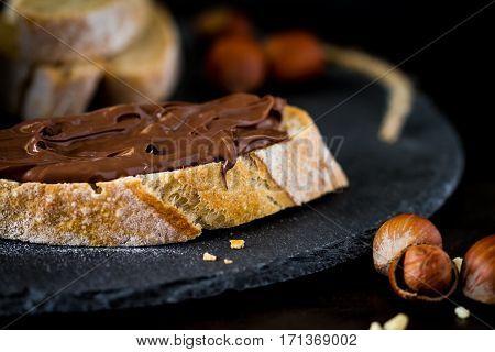 Tartine pâte a tartinée chocolat noisette sur ardoise