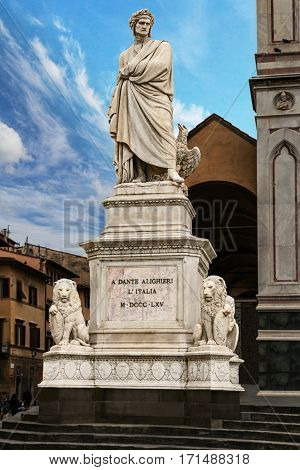 One of the main attractions of Florence is the monument of Dante Alighieri located in the center of Piazza della Signoria