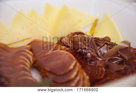 plato de embutido variado, aperitivo iberico y quesos