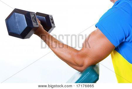 Sportovní mužské zvedání závaží, zblízka ramene, izolovaných na bílém pozadí