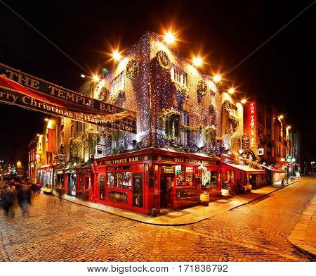 DUBLIN, IRELAND - DEC 28: A busy nightlife of the Temple Bar area on Dec 28, 2016 in Dublin, Ireland. Temple Bar is a popular historic quarter of Dublin filled with pubs, restaurants and music venues