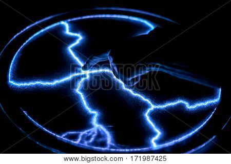 Touch the finger to the gas-discharge lamp. The formation of electrical arcs.