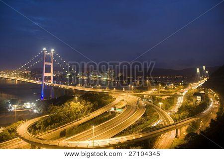 Une soirée magique de Hong Kong Tsing Ma Bridge.