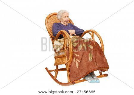 Avó em uma poltrona tem abafado uma manta