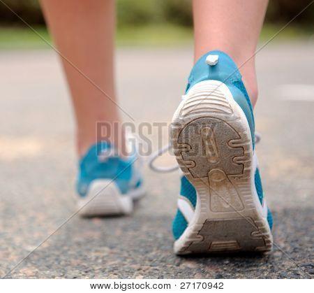 Cierre toma movimiento de persona alejarse en zapatillas