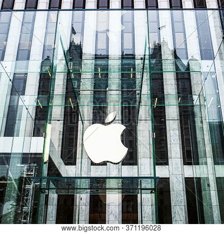 New York City, Usa - May 4, 2012. Apple Store On Fifth Avenue In New York. Apple Store Logo At Entra