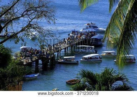 Cairu, Bahia / Brazil - November14, 2013: Tourists Enjoy The Beauty Of Segunda Beach In Morro De Sao