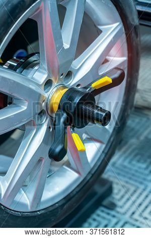 Car wheel clamp with wheel align device for wheel alignment in workshop