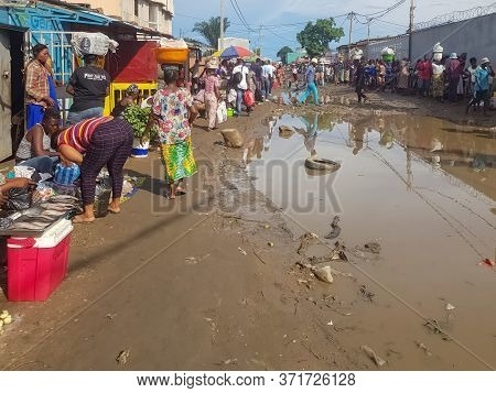 Luanda/angola - 02/10/2020: View Of A Typical Informal Street Market, In The Suburbs Of The City Of