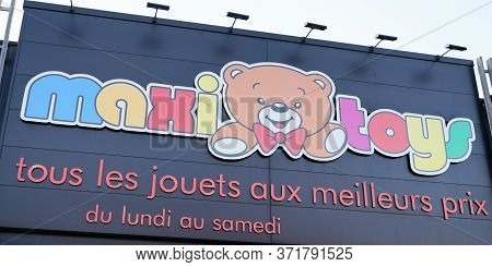 Bordeaux , Aquitaine / France - 12 04 2019 : Maxi Toys Sign Logo Shop Maxitoys French Store Group Lo