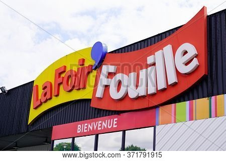Bordeaux , Aquitaine / France - 06 06 2020 : La Foir Fouille Sign Logo On French Store Chain Who Sel
