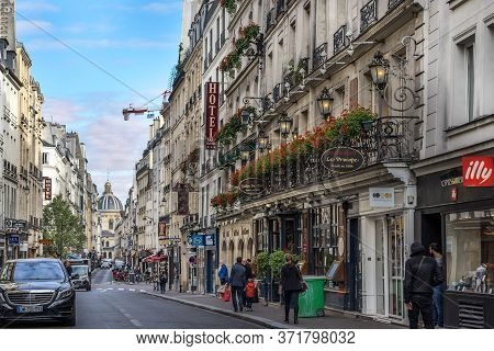 Paris, France - Sept 15, 2017. Lively Area With Typical Parisian Buildings In The Center Of Paris -