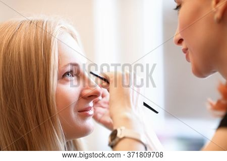 Beautician Draws Model Eyebrows On Face Model. Powder Technology Creates Effect Tinted Eyebrows. Var