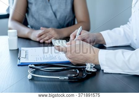 Male Doctors Explain And Recommend Treatment With A Prescription After The Patient Meets A Doctor An