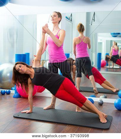 Aeróbica instrutor de personal trainer de Pilates na classe de aptidão da ginástica de mulheres