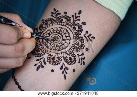 Tikamgarh, Madhya Pradesh, India - June 17, 2020: Mehndi Artist Making Mehndi Design On The Indian B