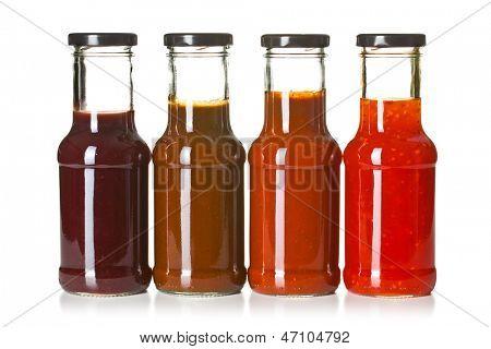 de forskellige grill saucer i glasflasker