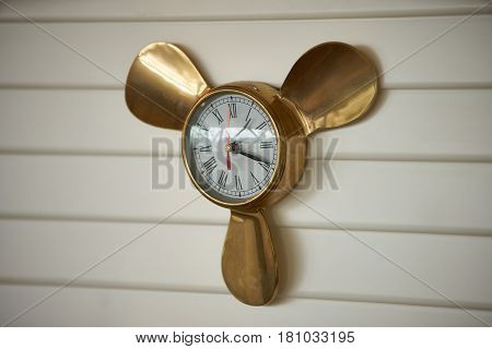 Wall clock in the form of a ship screw
