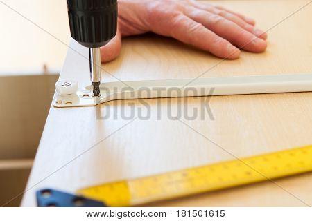 A Man Makes Drill Holes, Close-ups