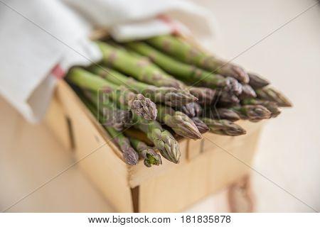 Speichern Vorschau herunterladen Asparagus. Raw asparagus. Fresh Asparagus. Green Asparagus