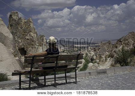 Sentada admirando las vistas de capadocia, Goreme, Turquia