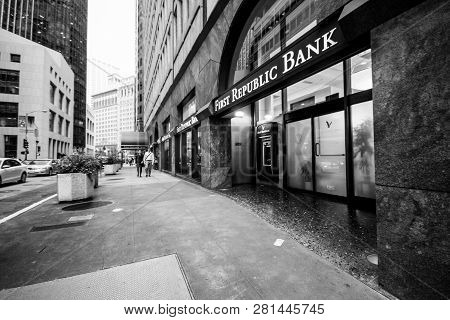 San Francisco, Usa - October 3, 2012: Unidentified People Walk On Downtown Street To First Republic