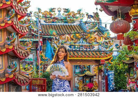 Portraits Of A Beautiful Chinese Woman In The Chines Shrine Is A Public Place For The People.