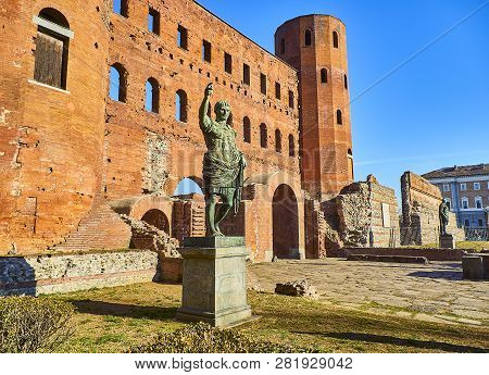 Statue Of Augustus Caesar In Front Of Porta Palatina Gate. Piazza Cesare Augusto Square. Turin, Pied