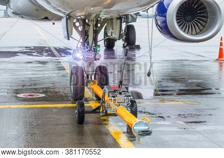 Tug Carrier For Airplane, Trailer Front Landing Gear Pushback Aerodrome Tractor With Airplane On The