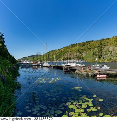 Enkirch, Rp / Germany - 31 July 2020: Harbor In The Mosel River At Enkirch With Vineyards In The Hil