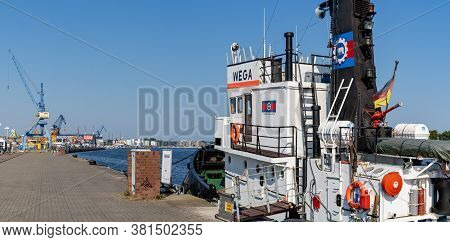 Rostock, M-v / Germany - 11 August 2020: Harbor Tug And Harbor In The Hanseatic Town Of Rostock In N