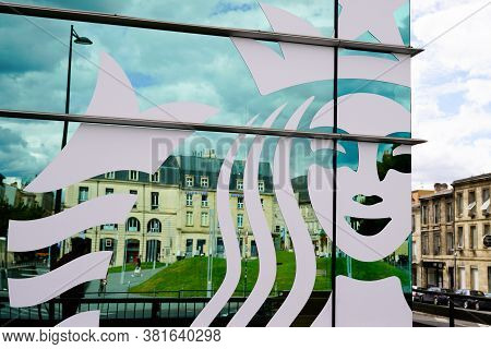 Bordeaux , Aquitaine / France - 08 16 2020 : Starbucks Coffee Store Bar Logo And Shop Sign Front Of