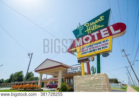 Tulsa  Usa - September 8 2015; Famous Retro Style Motel And Neon Cactus On The Motel's Kitschy Sign,