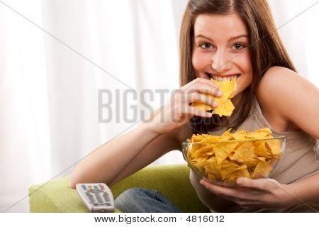 Serie de estudiante - joven, comiendo patatas fritas