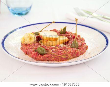 Tartar de ternera con mostaza. Tartar of veal with mustard.