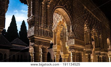 Arcos y columnas en la Alhambra de Granada