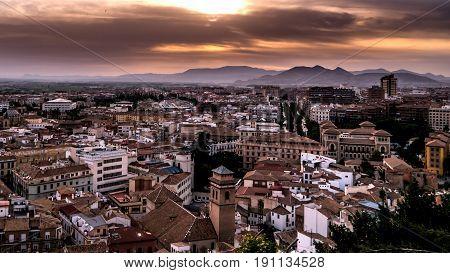 Cielo anaranjado sobre la ciudad de Granada, España.