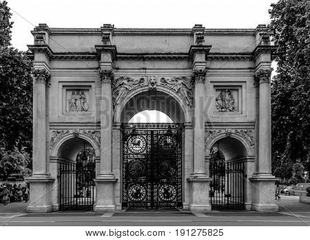 Black and white foto of Marble Arch in London