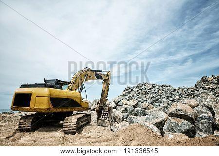 Shovel mashine work with sand and stones