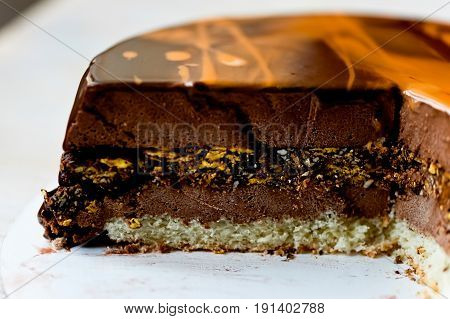 Cake mousse Chocolate pralines , Cake mousse Chocolate pralines . Cut coarsely. It consists of vanilla sponge cake, chocolate mousse dark Belgian chocolate BARRY with a layer of hazelnut praline.