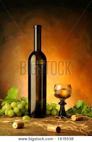 Naturaleza muerta con botella de vino, vidrio y uvas