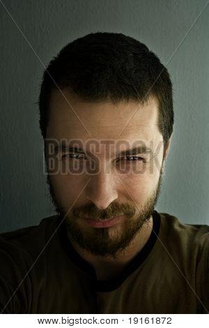 Porträt des ominösen Mann mit funkelnden Augen