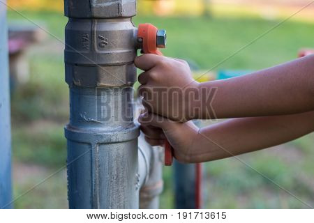 Children try to open the faucet .