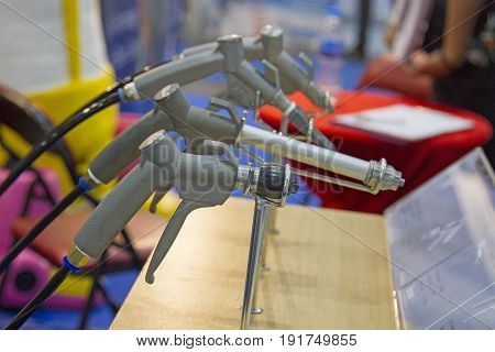 Many sandblasting guns are located on the table.