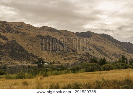 Chelan, , Usa - September 16, 2018: Beautiful Autumn Scenery Landscape With Columbia River And Prair