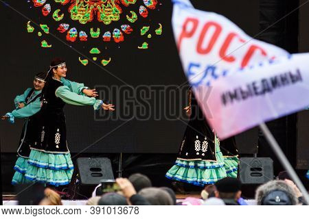 Saint Petersburg, Russia-november 4, 2019: Russian Holiday National Unity Day. Dance Ensemble In Nat